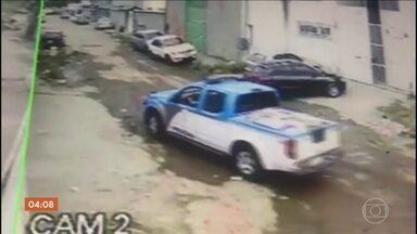 Doze PMs são presos por suspeita de roubar mais de R$ 100 mil em carga de carnes - Policiais do Rio de Janeiro trabalhavam em batalhão de São Gonçalo. Um dos agentes se matou dentro do banheiro do batalhão quando soube que seria preso.