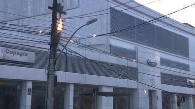 Incêndio em poste e cabos interrompem trânsito em Porto Alegre - Ninguém ficou ferido.