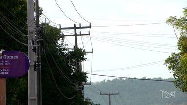 Fiação elétrica em árvores coloca em risco população em Caxias - Este mês um estudante morreu ao subir em uma mangueira em que os galhos se misturavam com os fios elétricos.