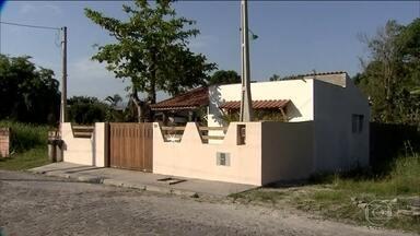 Policiais foram até a casa de Cesare Battisti no litoral de São Paulo, mas não o encontram - Na última quinta-feira (13), o ministro Luiz Fux determinou a prisão preventiva do italiano, abrindo caminho para a extradição dele. Uma vizinha disse que não o vê no local desde novembro.