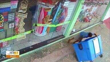 Assaltante é filmado arrastando cofre para fora de loja e levando em contêiner - Assaltante é filmado arrastando cofre para fora de loja e levando em contêiner