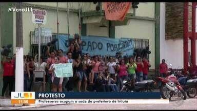 Professores do ensino público ocupam a sede da Prefeitura de Irituia, no nordeste do Pará - Eles cobra o pagamento dos salários atrasados.
