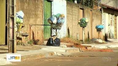 Moradores reclamam de falta de coleta de lixo em Aparecida de Goiânia - Há várias dias, o caminhão não passa no local.