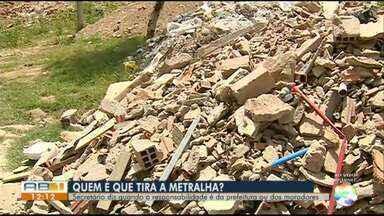 Moradores reclamam de entulho em bairro de Caruaru - Restos de obra e lixo espalhados incomodam moradores da Vila Kennedy.