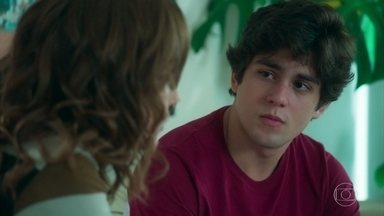 Gabriela estimula Alex a compreender seus talentos - O adolescente diz que se sente incapaz e Gabriela mostra como Alex tem o dom de ajudar outras pessoas