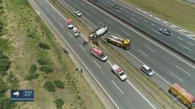Caminhão tomba após bater na barra de proteção na Rodovia Anhanguera, em Campinas - Veículo ocupou uma faixa e o acostamento da pista expressa. Motorista teve ferimentos leves.