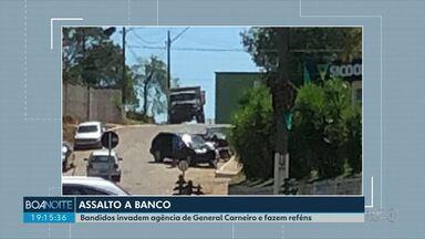 Bandidos armados assaltaram banco de General Carneiro - Eles fugiram com dinheiro e fizeram pessoas reféns.
