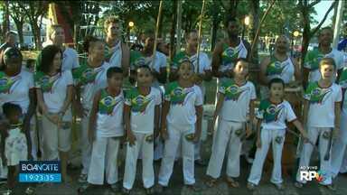 Grupo de capoeira ajuda a chamar o intervalo do Boa Noite Paraná - Eles estavam na Praça dos Pioneiros, quando participaram do jornal ao vivo.