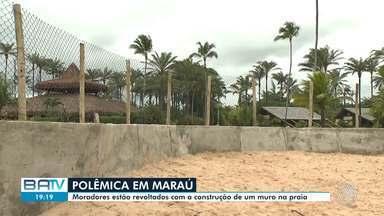 Moradores de Maraú protestam contra construção de muro em praia - Os manifestantes denunciam crime ambiental.