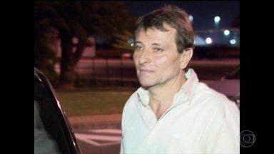 PF sai em busca do italiano Cesare Battisti, que está foragido - Um avião militar italiano já está no Brasil para levá-lo de volta assim que ele for preso. Ele foi condenado na Itália à prisão perpétua por quatro homicídios.