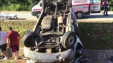 Capotamento de van, em Minas, deixa dois mortos e 11 feridos - Acidente foi na BR-262, na altura de Florestal. Motorista bateu na traseira de um caminhão que tinha feito uma ultrapassagem.