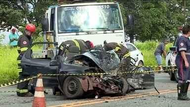Seis pessoas morrem em acidente entre carreta e dois carros no interior de SP - Chovia no momento do acidente. O motorista do caminhão seguia rumo a Batatais por uma rodovia estadual, e bateu de frente com um carro.