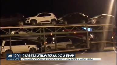 Carreta fica atravessada na EPVP - Foi perto do Núcleo Bandeirante, no sentido Park Way - Águas Claras. Trânsito ficou congestionado no começo da manhã.
