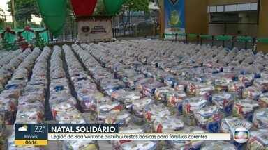 Legião da Boa Vontade distribui cestas básicas para famílias carentes num Natal antecipado - Moradores de oito comunidades do Rio vão receber os alimentos