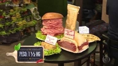 Conheça os sanduíches gigantes do Mercadão de São Paulo - Felipe Suhre foi ao Mercadão conhecer os sandubas, que são conhecidos no Brasil pela enorme quantidade de recheio'. O repórter também mostra curiosidades do local