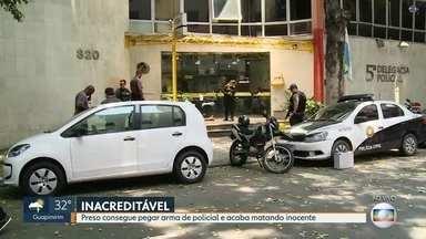 Preso consegue pegar arma de policial e acaba matando inocente no Centro do Rio - Uma pessoa morreu e outras três foram baleadas em um tiroteio que aconteceu na manhã desta sexta-feira (21), em frente a uma delegacia, no Centro do Rio.