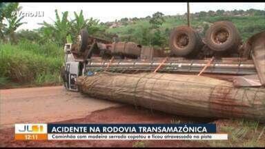 Caminhão carregado com madeira serrada tomba na Transamazônica em Altamira - Veículo capotou e ficou atravessado na pista