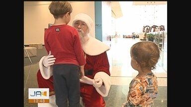 Papai Noel vira atração entre crianças em shopping - Papai Noel vira atração entre crianças em shopping