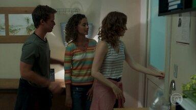 Gabriela descobre que eles estão trancados na sala - Hugo, Alex e Kavaco divertem a galera com a história do fantasma do menino do banheiro. Gabriela sugere relaxar até que os alunos consigam abrir a porta da sala. Ninguém percebe o estado de Tito.
