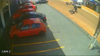 Homem de 27 anos é morto enquanto saia de supermercado em Cascavel - Ele tentou fugir de carro e depois a pé dos atiradores, mas foi atingido por diversos disparos.