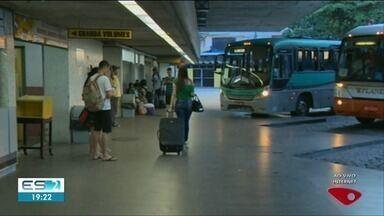 Empresas vão colocar ônibus extras saindo da rodoviária de Cachoeiro, ES - Veja como estava a movimentação na rodoviária na noite desta sexta-feira (21).