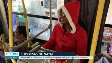 Motorista e cobradora de ônibus se vestem de Papai Noel, em Cachoeiro - Eles surpreenderam os passageiros.
