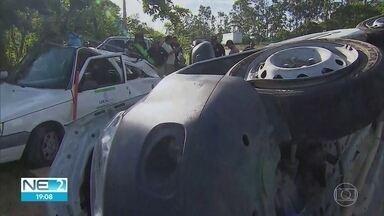Acidente com ambulância deixa três pessoas mortas e três feridas na BR-232, em Moreno - O veículo bateu em uma caminhonete e em um carro, no quilômetro 22 da rodovia, e capotou
