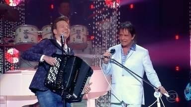 """Roberto Carlos e Michel Teló cantam """"Caminhoneiro"""" - Sertanejo traz novo arranjo para um dos clássicos do rei"""