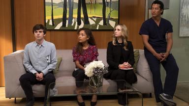 Oi - Shaun e Jared ficam na mira de Andrews, Claire tenta convencer Melendez a fazer uma cirurgia cardíaca de risco, e Glassman enfrenta uma decisão difícil sobre sua saúde.