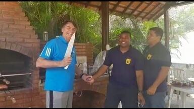 Em vídeo Bolsonaro brinca de dar facada em colega de churrasco - Presidente eleito passa o Natal na restinga da Marambaia, no Rio. Assessoria divulgou mais fotos de Bolsonaro.