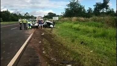 Acidente mata uma pessoa e deixa quatro feridos em rodovia da região - Um acidente entre dois carros e um caminhão matou uma pessoa e deixou quatro feridos aconteceu na Rodovia João Ribeiro de Barros, sentido a Pompéia (SP).