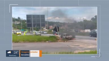Carro pega fogo na BR-040 em Belo Horizonte - As chamas foram apagadas pelos bombeiros. Ninguém ficou ferido.
