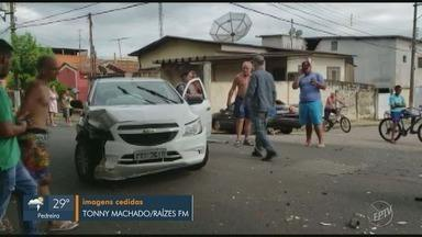Motorista bate em carro estacionado no Centro de Rafard - Segundo os bombeiros, o motorista teve um mal súbito. Ele teve ferimentos leves e foi levado para a Santa Casa de Capivari (SP).