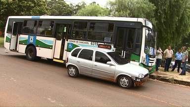 Ônibus e carro batem na rua Souza Naves em Cascavel - A motorista do carro teve ferimentos leves e foi levada para a UPA Tancredo.