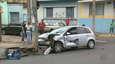 Colisão entre carros deixa motorista ferido em Ribeirão Preto - Acidente ocorreu no cruzamento das ruas São Paulo e Monsenhor Siqueira.