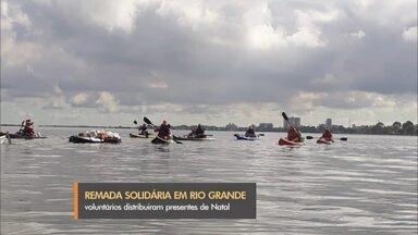 Remada Solidária distribui alimentos e brinquedos em Rio Grande - Ação foi realizada por grupo de canoístas da cidade. Doações arrecadadas foram entregues em bairros carentes, às margens das Lagoa dos Patos.
