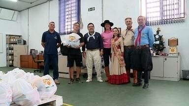 Entidades recebem doações da Cavalgada do Bem em Rio Grande - Na cidade, duas toneladas foram arrecadadas em ações da 6ª Região Tradicionalista. Alimentos foram repassados para entidades da Vila da Quinta e para o hospital Santa Casa.
