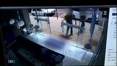 Polícia procura por ladrões que furtaram celulares de clínica em Cascavel - Furto aconteceu na manhã desta quarta-feira e foi registrado pelas câmeras de segurança.