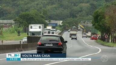 Trecho da Via Dutra no Sul do Rio fica movimentado na volta para casa - Quarta-feira foi de retorno para turista que aproveitaram feriado prolongado para viajar.