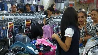 Comércio de Araçatuba fica movimentado para troca de presentes de Natal - O Natal já passou e muitos presentes não agradaram ou não serviram. Assim que as lojas abriram hoje, muitos consumidores não perderam tempo e aproveitaram para trocar os presentes.
