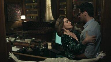 Após ligação Betina beija irmão de Emílio - Betina diz que acha sexy a forma como o irmão de Emílio controla as pessoas