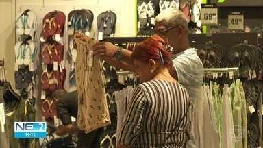 Consumidores lotam shoppings para trocar presentes de Natal - Lojas ficaram cheias de clientes que queriam substituir os agrados recebidos durante as celebrações natalinas.