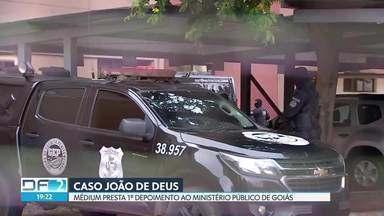 João de Deus e esposa prestam depoimentos - Médium foi levado para o Ministério Público de Goiás, sob forte esquema de segurança. Ele foi interrogado durante duas horas. Já a esposa Ana Keyla Teixeira prestou depoimento para a Polícia Civil de Goiás.