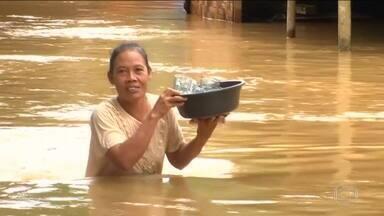 Moradores tentam voltar para casa depois de tsunami na Indonésia - Mais de 20 mil estão em abrigos temporários
