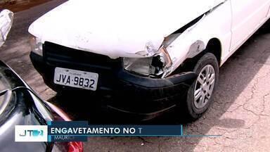 Engavetamento com cinco carros prejudica trânsito na Avenida Fernando Guilhon - Acidente não teve vítimas e foi provocado após caixas de leite condensado cair de cima de um carro.