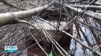 Corpo carbonizado é encontrado dentro de carro incendiado na BR-259 - Segundo a polícia, veículo foi encontrado por um funcionário de uma empresa na rodovia de acesso ao distrito de Cavalinhos; caso será investigado pela Polícia Civil.