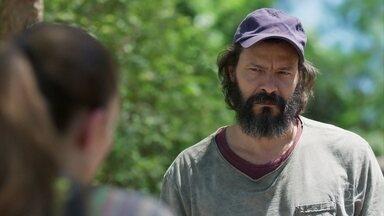 Robério não acredita que Judith tenha perdido a memória - Esposa do jardineiro continua seguindo plano de León para enganar Valentina
