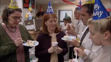 A Aliança - Em meio a rumores de diminuição do quadro de funcionários, Michael promete uma festa aos aniversariantes. Brincando, Jim topa fazer uma aliança com Dwight para sobreviver à crise.