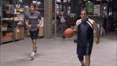 Basquete - Michael e sua equipe desafiam os trabalhadores do armazém para um jogo de basquete. Michael fala mal dos oponentes e lança a aposta: o time perdedor trabalhará no sábado.