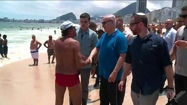 Primeiro-ministro israelense Benjamin Netanyahu passeia pela Praia de Copacabana - Netanyahu teve experiências gastronômicas compartilhadas tanto por cariocas quanto por turistas.